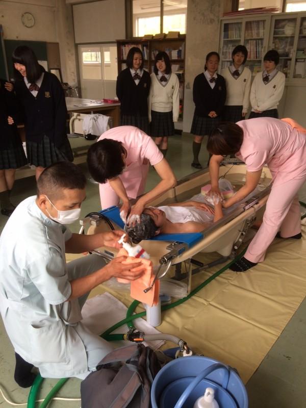 丸光ケアサービス富田支店:尚志高等学校にて訪問入浴デモンストレーション開催